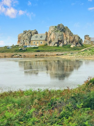 Plougrescant: At the very northern tip of Brittany the spectaculaire Coates d'Armour has a house wedged between two ...