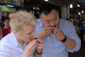 David Chang and Kate McKinnon try food in Phnom Penh.