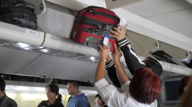 What is the weight limit for a single carry-on bag on Qantas domestic flights?