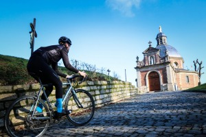 A cyclist on the final climb up the Muur van Geraardsbergen.