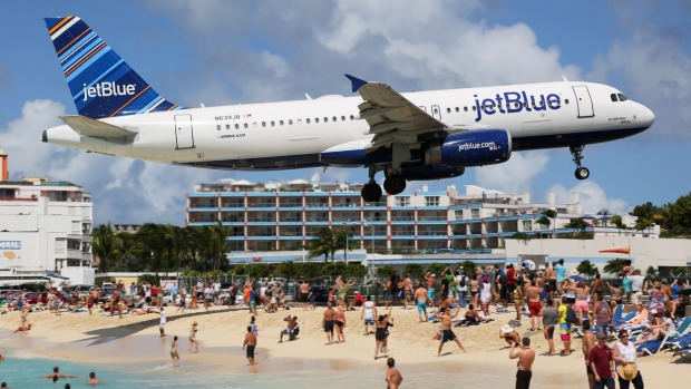 A JetBlue Airbus A320 approaches St. Martin Airport.
