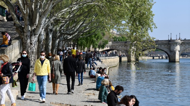 The banks of the Seine crowded during pandemic Covid-19.